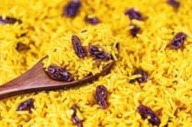 Gelber Reis mit Rosinen