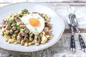 Spätzlepfanne mit Champignons und Bratwurst