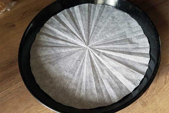 Boden einer Tortenform richtig auslegen